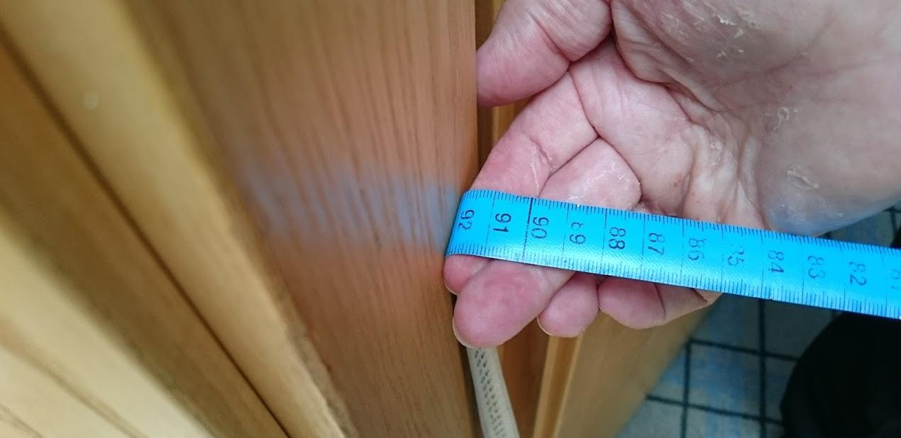 Tässä mitataan oviaukon leveyttä.  92 cm leveys riitti sähköpyörätuolille.